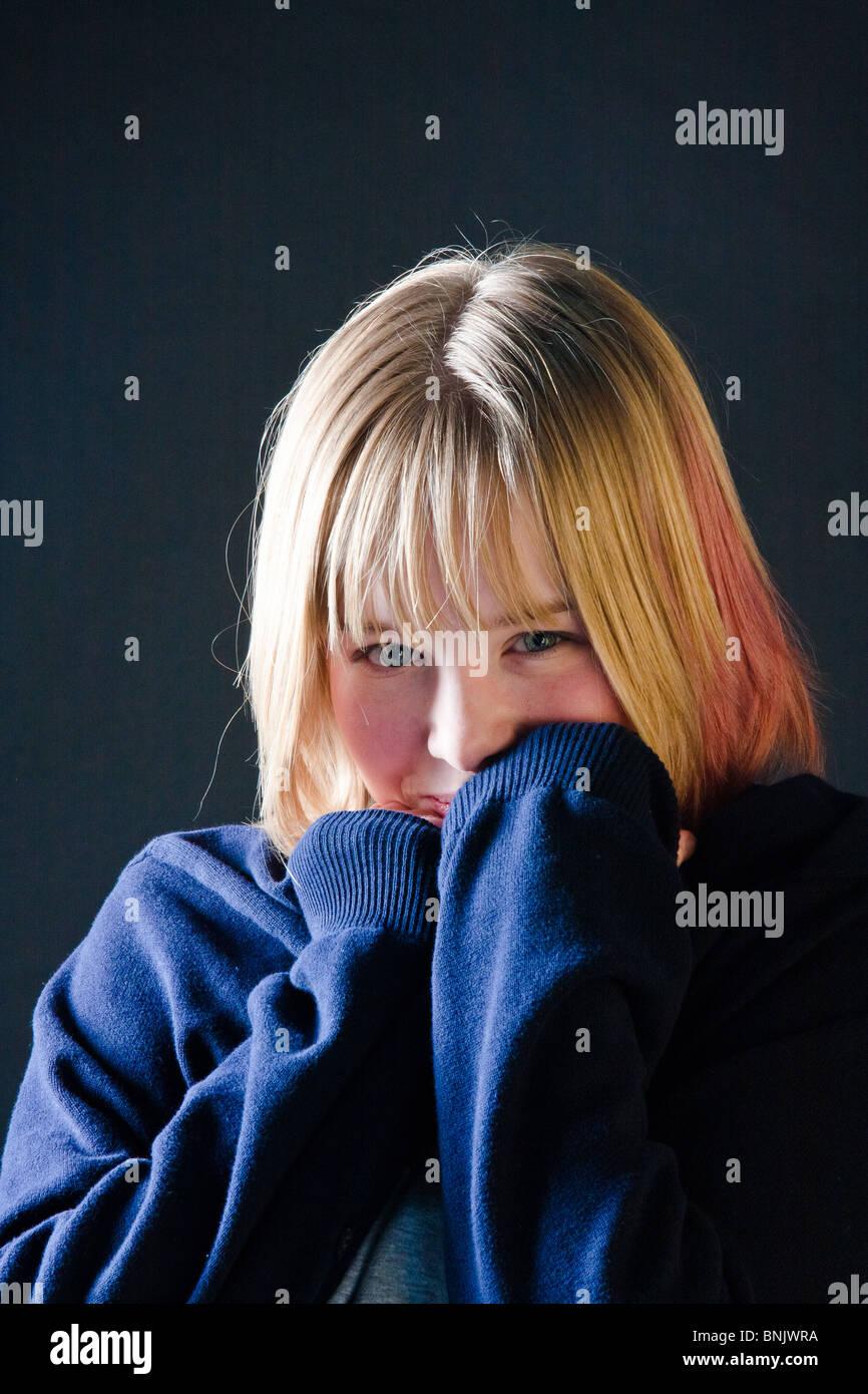 Timida ragazza bionda con striscia rossa e grandi ponticello blu Immagini Stock