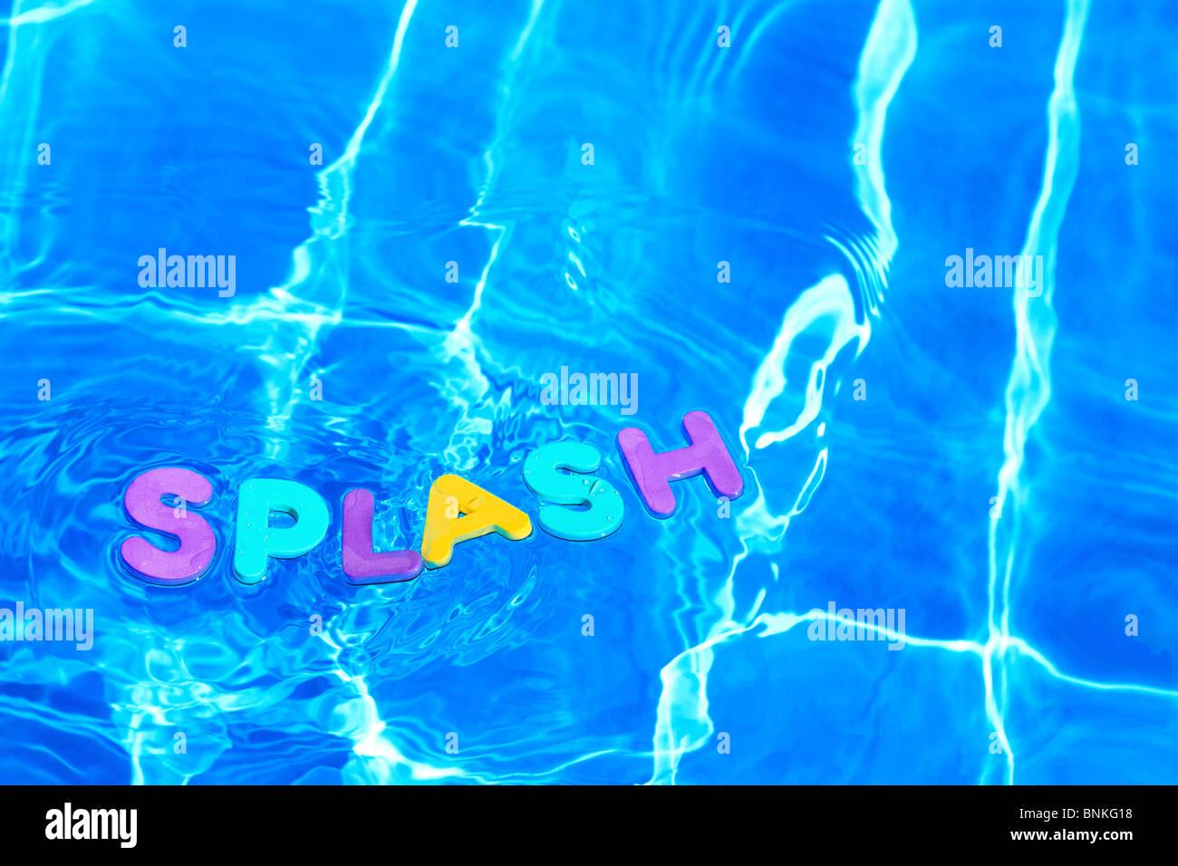 La parola splash di schiuma lettere galleggianti sulla superficie dell'acqua di piscina Immagini Stock