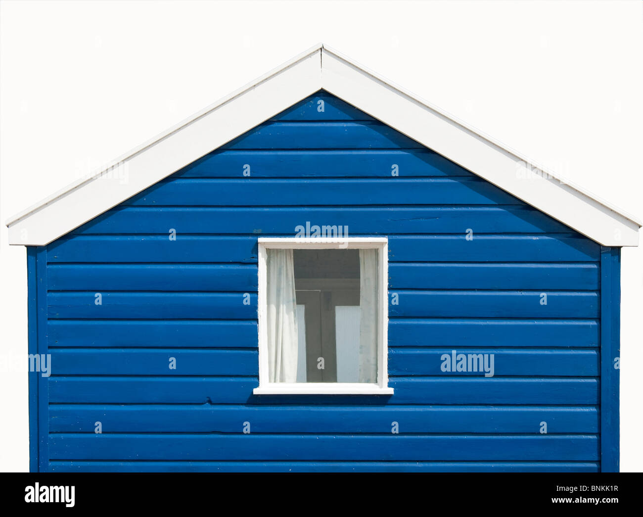 Isolato colorato di bianco blu Beach Hut presso la spiaggia di Southwold, Inghilterra. Immagini Stock