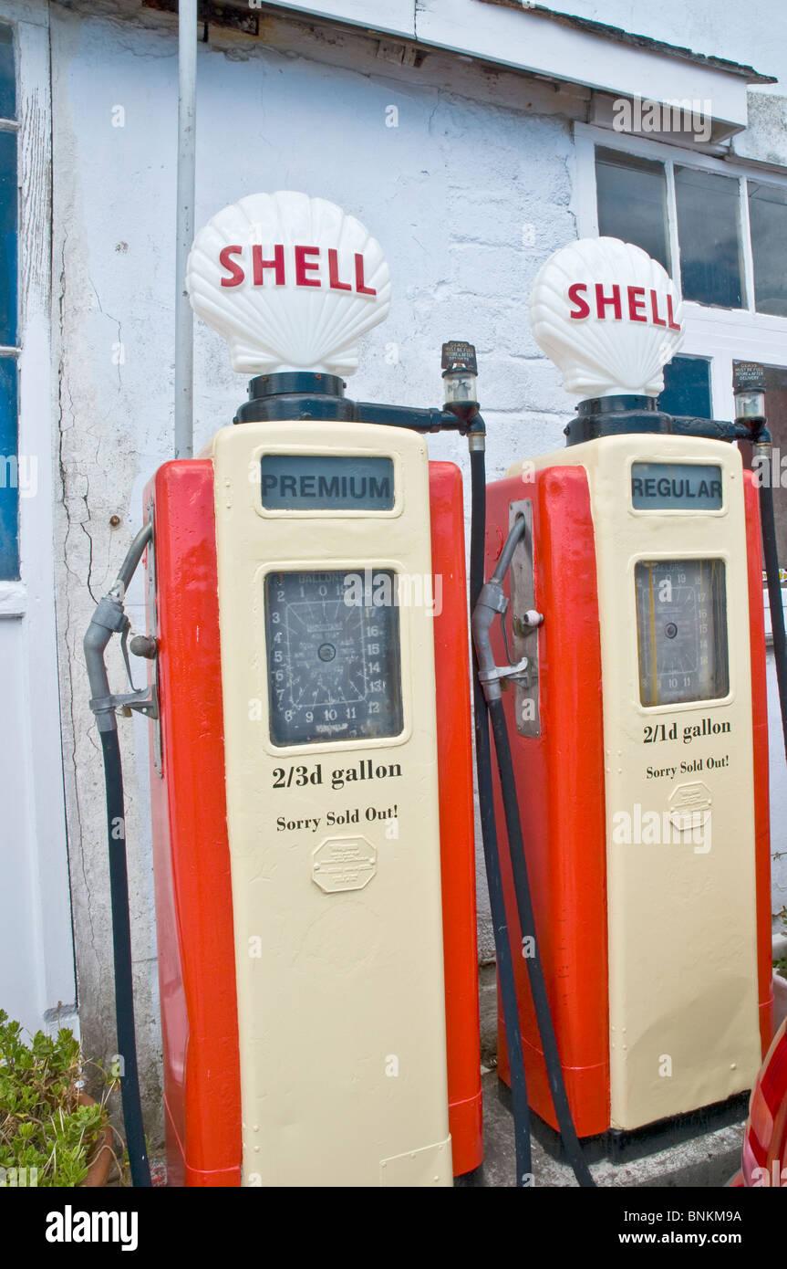 Vecchie pompe di benzina e AA segno a St Mawes Cornwall Inghilterra Immagini Stock