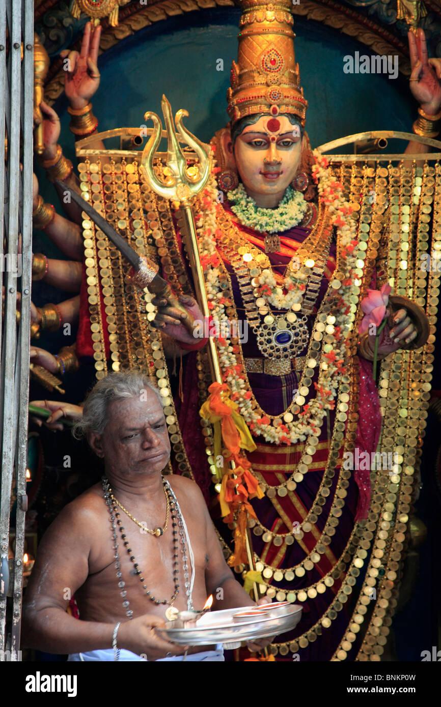 Singapore, divinità Indù, sacerdote bramino, Sri Veeramakaliamman tempio, Immagini Stock