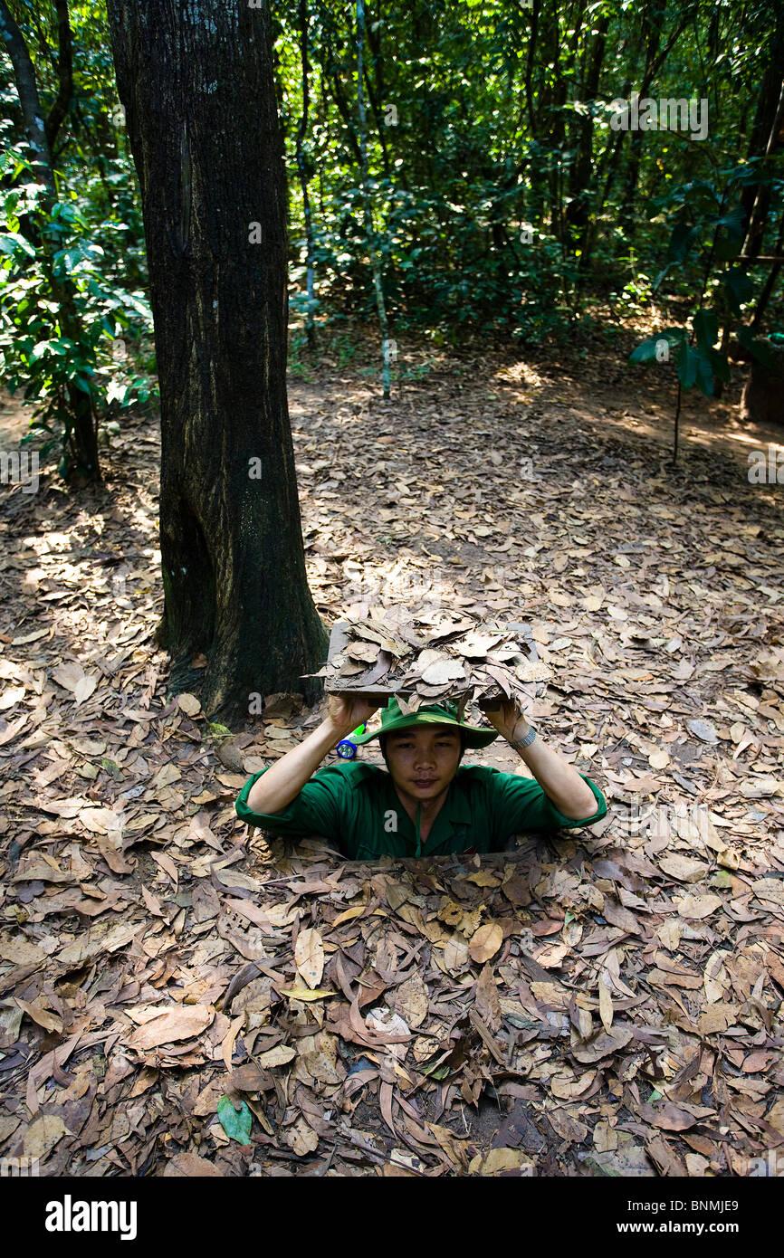 Vietnam asia guerra del Vietnam War Tunnel di Cu Chi dimostrazione soldato in viaggio luogo di interesse storico Foto Stock