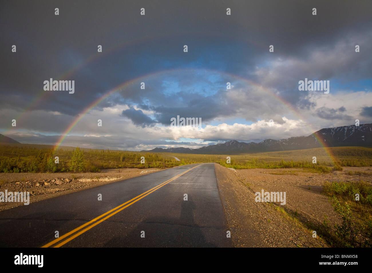 Doppio Arcobaleno oltre il Parco Denali Road, Parco Nazionale di Denali, Alaska, estate Immagini Stock