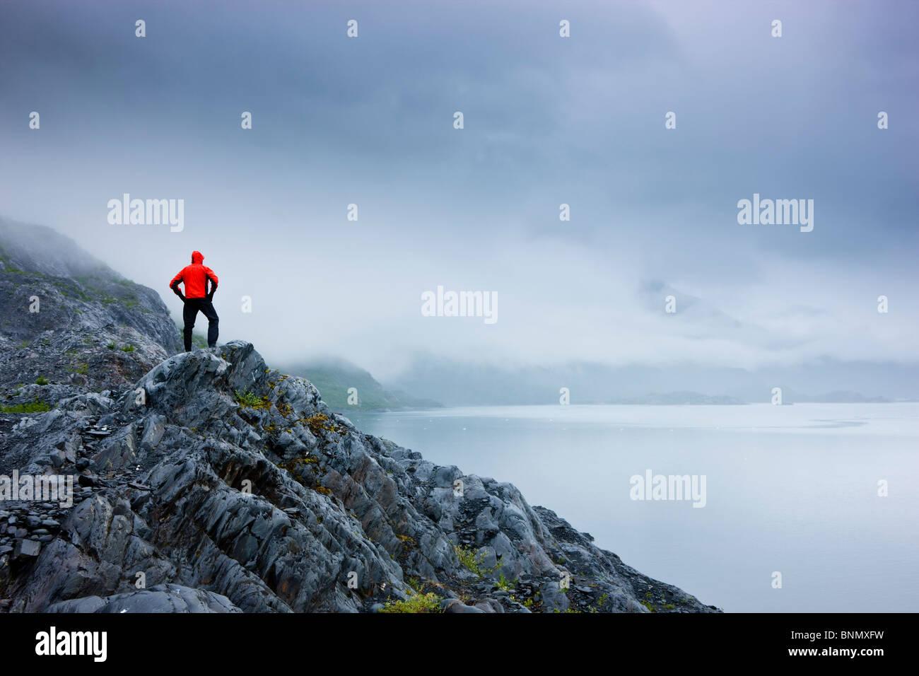 Un escursionista solitario sorge su un affioramento roccioso affacciato sulla Baia di Shoup membro Marine Park, Immagini Stock