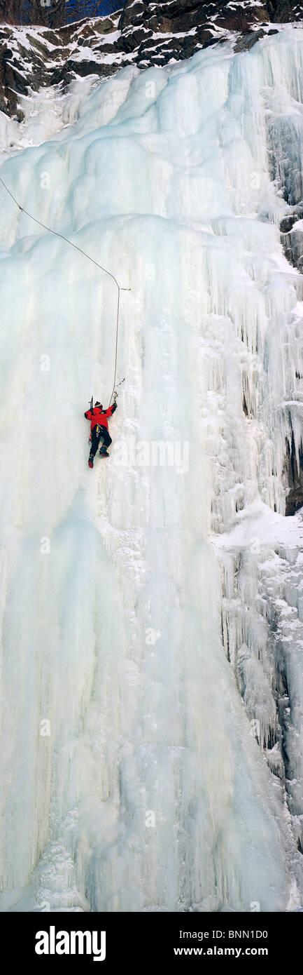 Persona di arrampicata su ghiaccio Seward Hwy centromeridionale AK inverno scenic Immagini Stock
