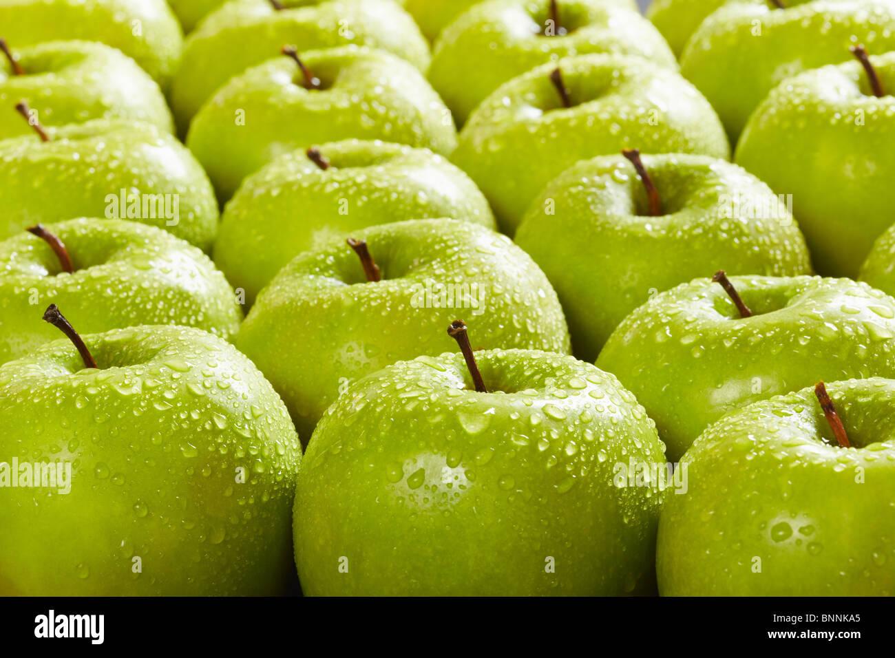 Grande gruppo di le mele Granny Smith in una fila. Messa a fuoco selettiva Immagini Stock