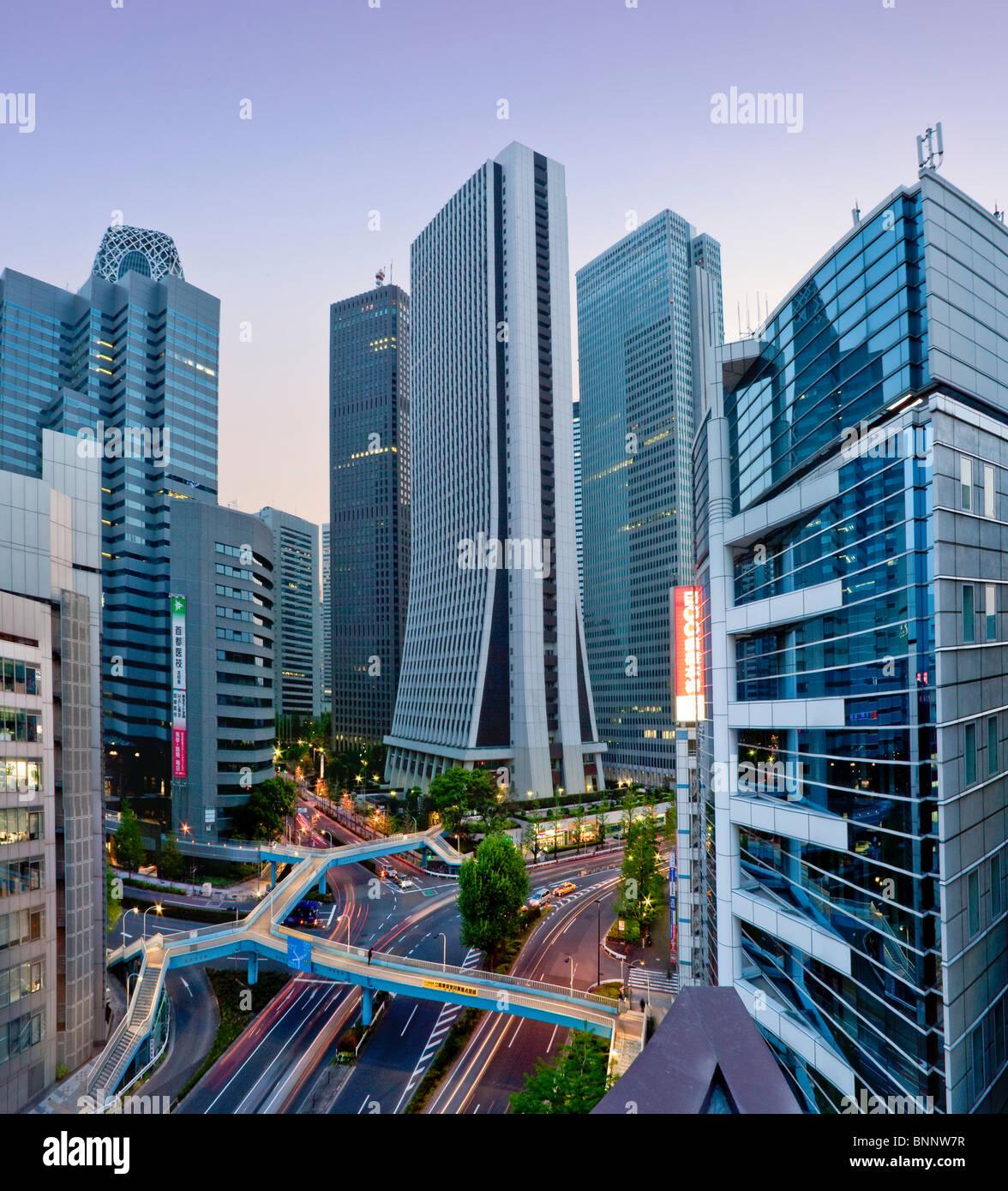 Giappone Asia Estremo Oriente città di Tokyo il traffico della città Shinjuku costruzione di blocchi di Immagini Stock