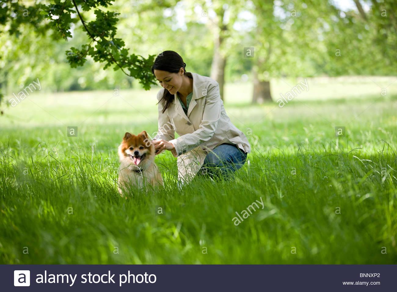 Una giovane donna lasciando che il suo cane fuori il suo filo Foto Stock
