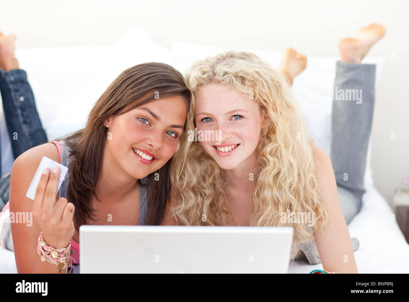 huge selection of 5b315 be400 Ritratto di teen ragazze shopping online in una camera da ...