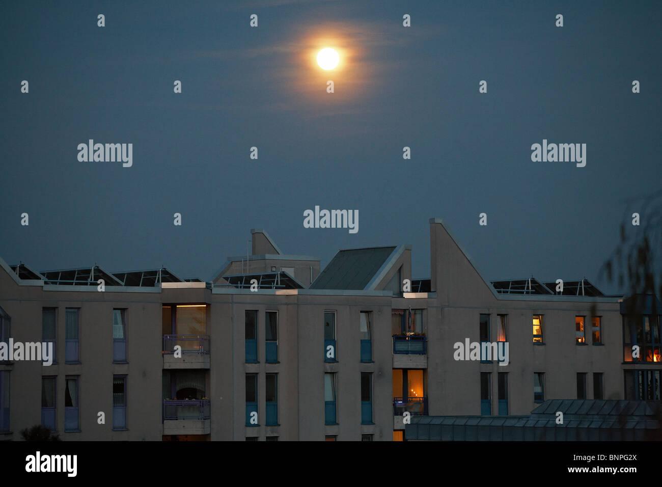 La luna su un edificio di appartamenti a Tempelhof di Berlino, Germania Foto Stock