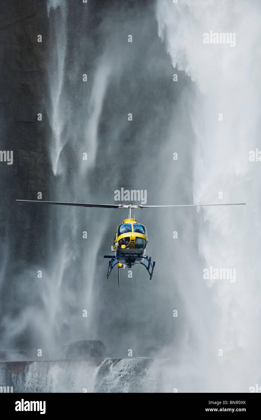 Un elicottero che vola di fronte a cascata Aponwao Venezuela Immagini Stock
