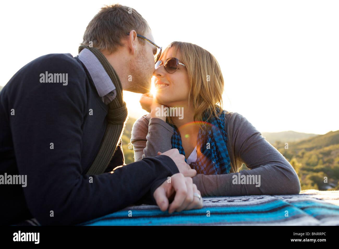 Paio di avvicinarsi gli uni agli altri per kiss sul lato della strada. Immagini Stock
