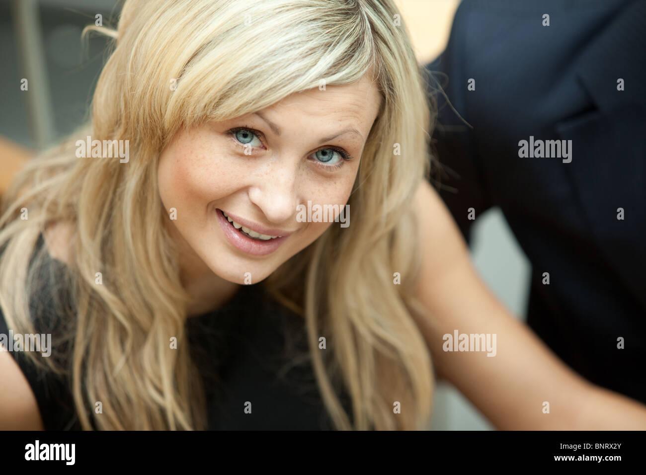 Radiant business donna sorridente con la videocamera Immagini Stock