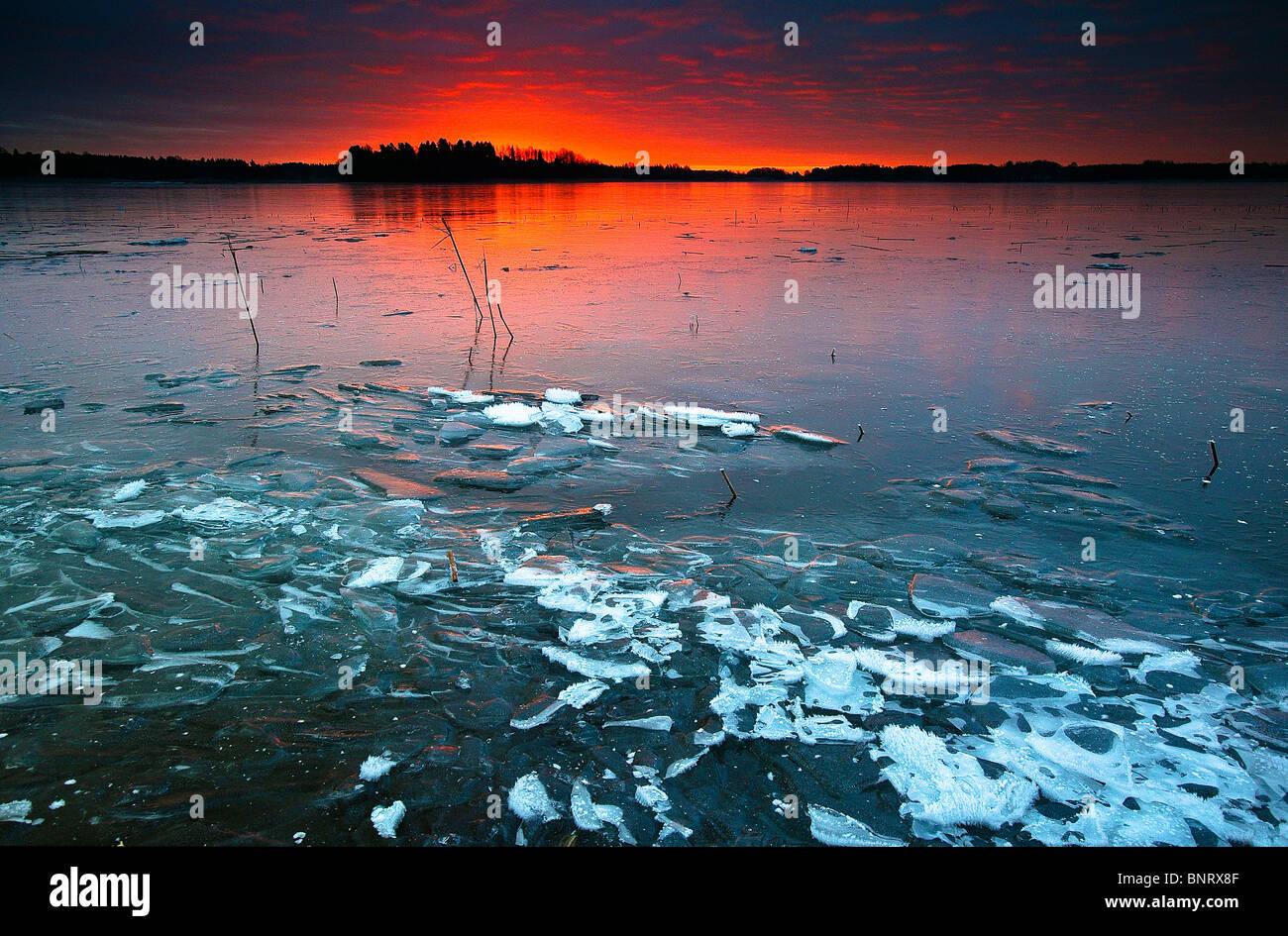 Incredibile inverno sunrise nel lago Vansjø a Årvold, Rygge kommune, Østfold fylke, Norvegia. Immagini Stock