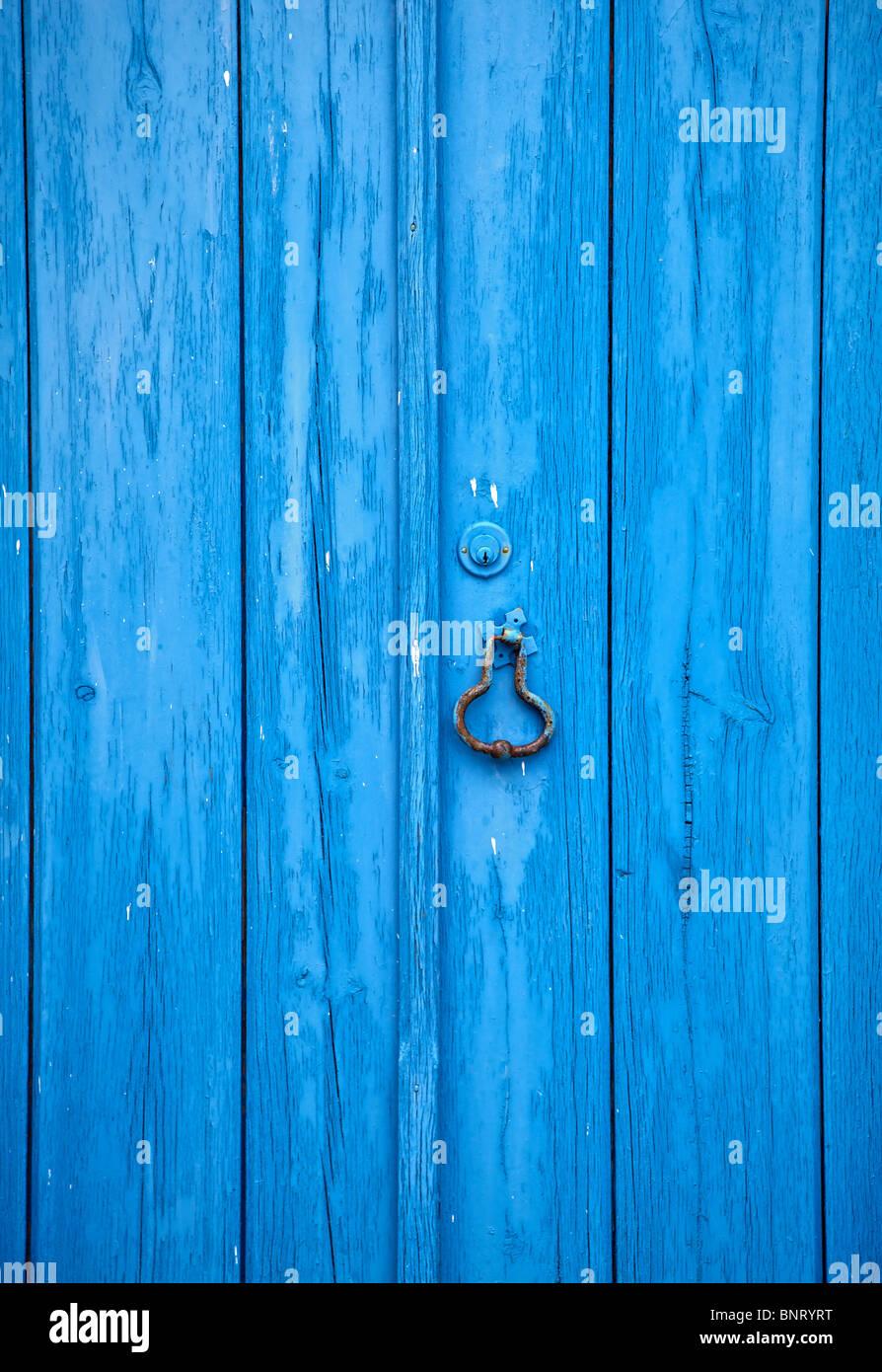 Ingrandimento dei dettagli di un blu rustico in legno porta in legno del villaggio medievale di Obidos Immagini Stock