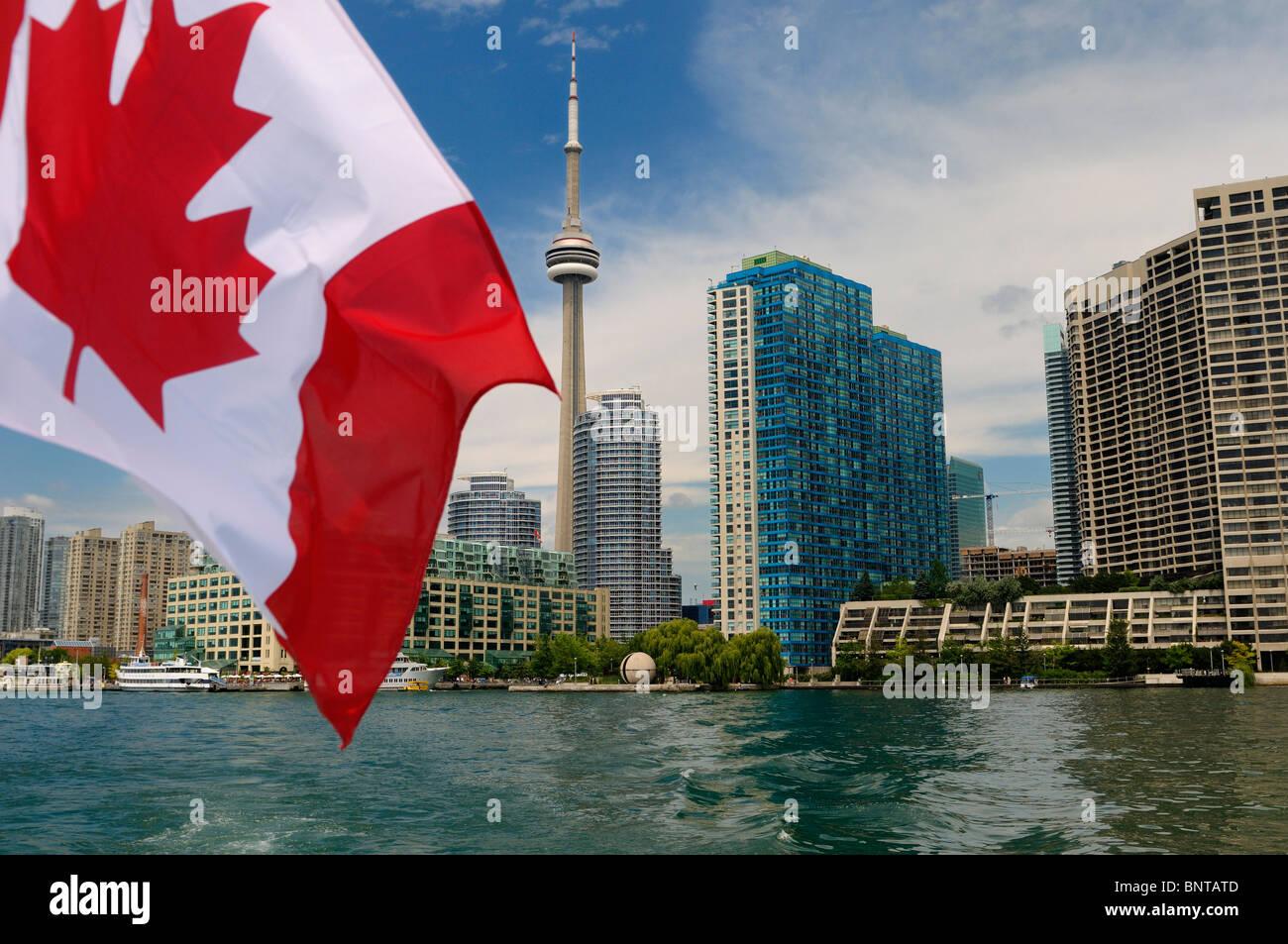 Bandiera canadese sulla barca lasciando sullo skyline di Toronto e porto sul lago Ontario Immagini Stock