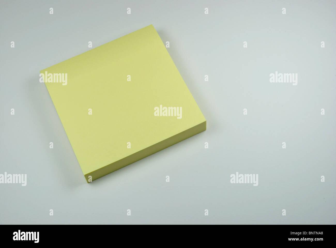 Nota adesiva su sfondo bianco. Immagini Stock