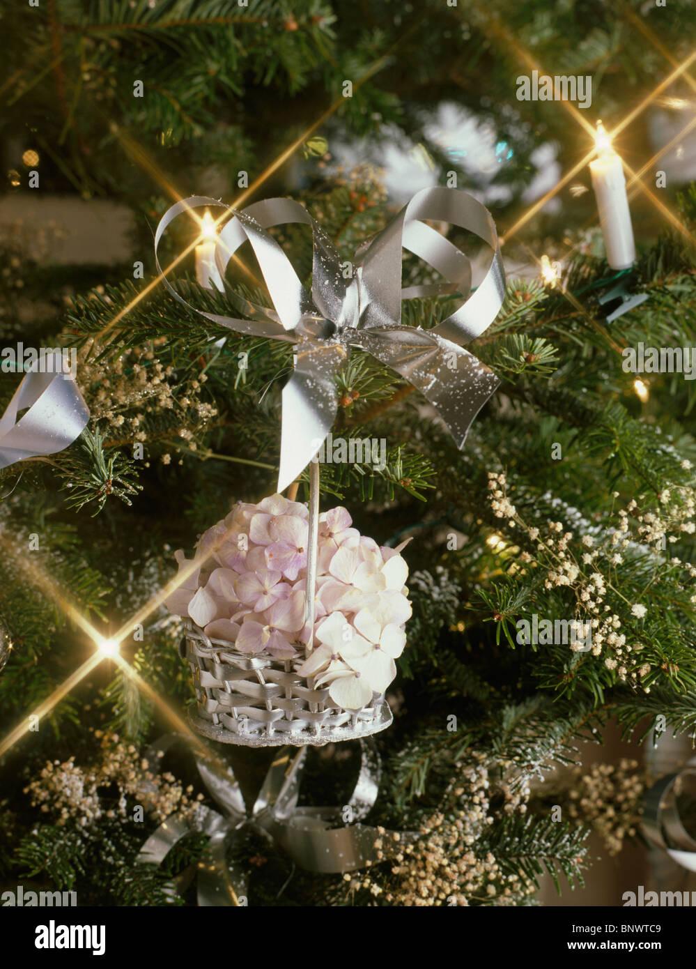 Fiori Di Ortensia Secchi close-up di un albero di natale con silver basket riempito