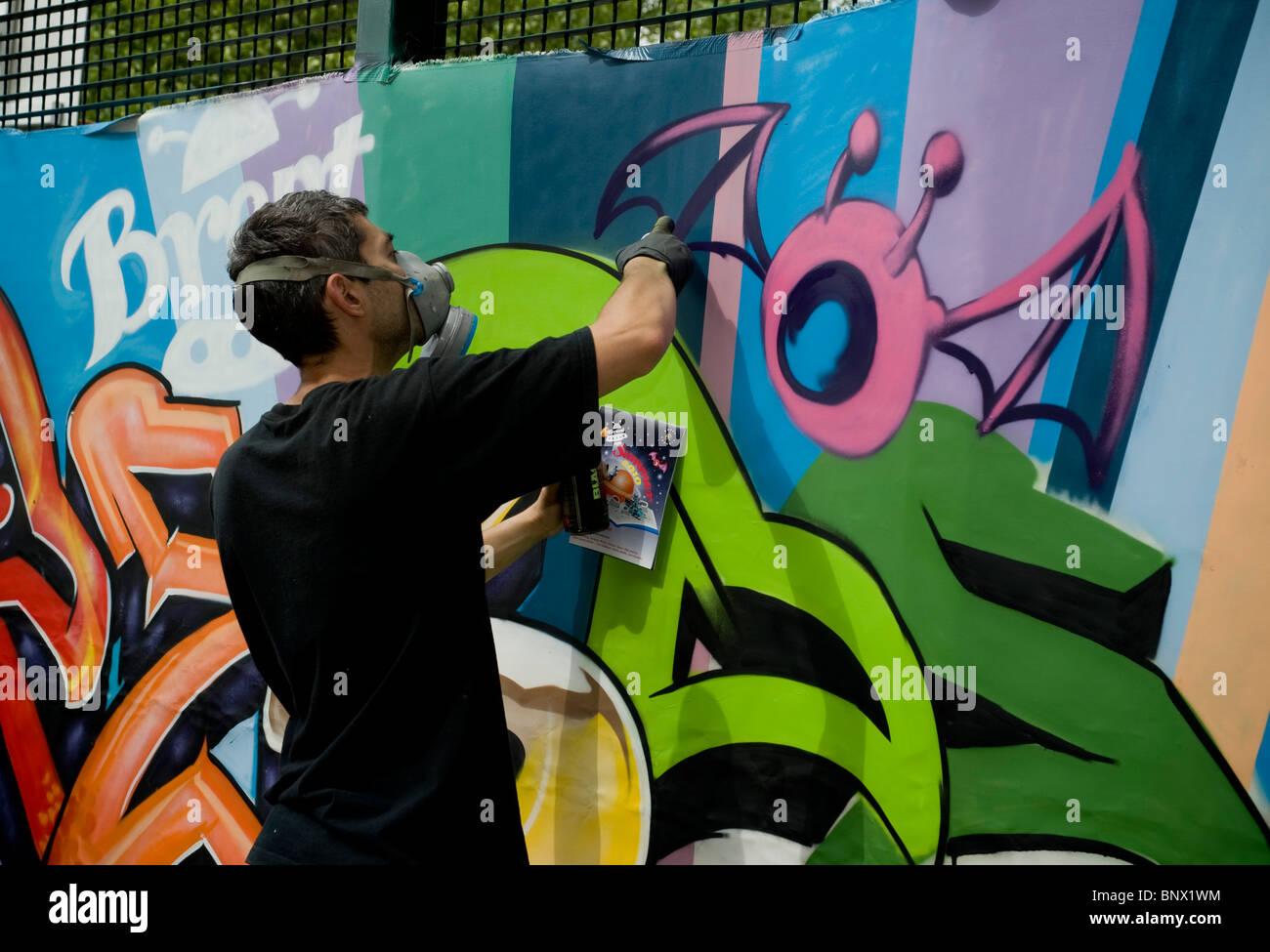 Bombolette Spray Per Murales.Artisti Di Graffiti A Brent Rispetto Festival Rendendo Un