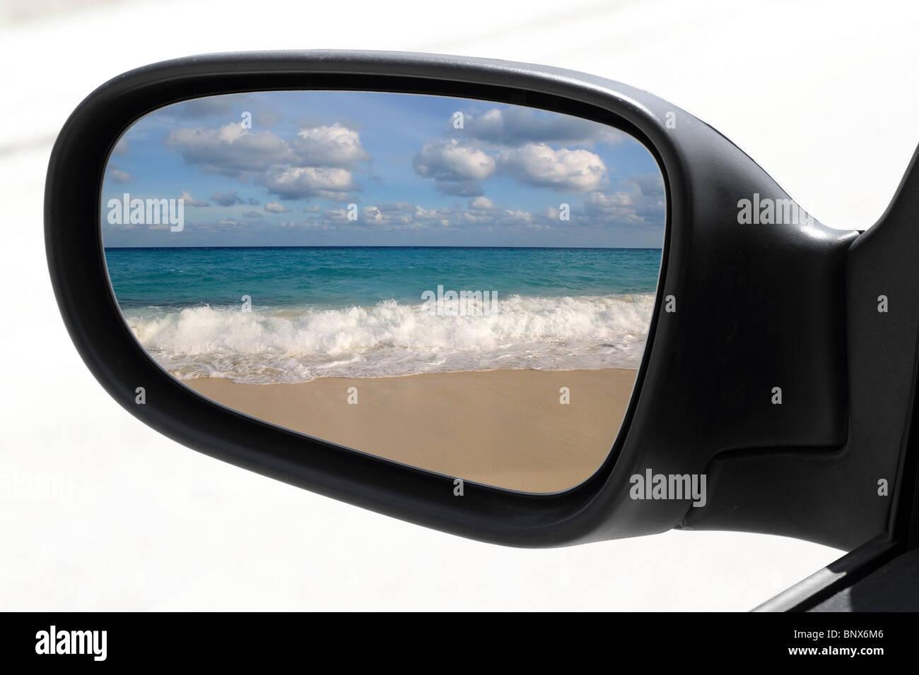 Specchietto di guida auto mirror view tropicali dei Caraibi turchese del mare spiaggia Immagini Stock