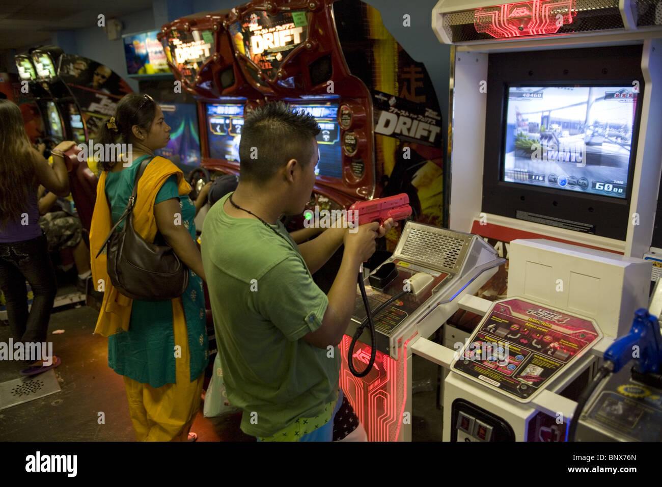 Coney Island; video gioco arcate con giochi violenti sono popolari con adolescenti e ragazzi adolescenti insieme Immagini Stock