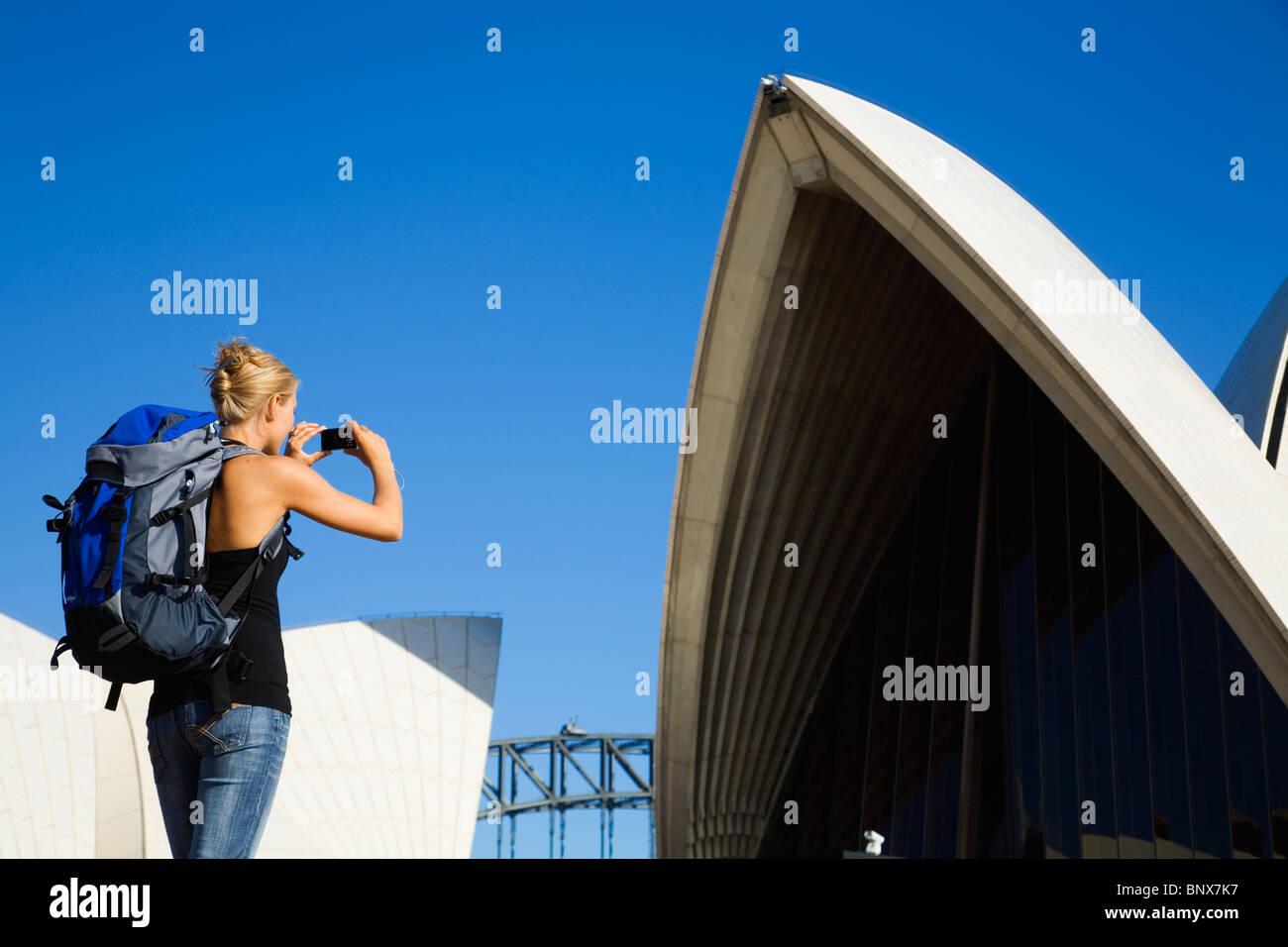 Un backpacker fotografie Opera House di Sydney, Nuovo Galles del Sud, Australia. Foto Stock