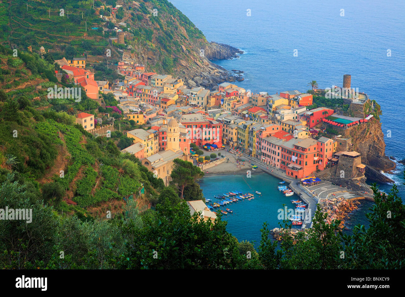 Nel tardo pomeriggio a Vernazza, una piccola città in Italia del Parco Nazionale delle Cinque Terre. Immagini Stock