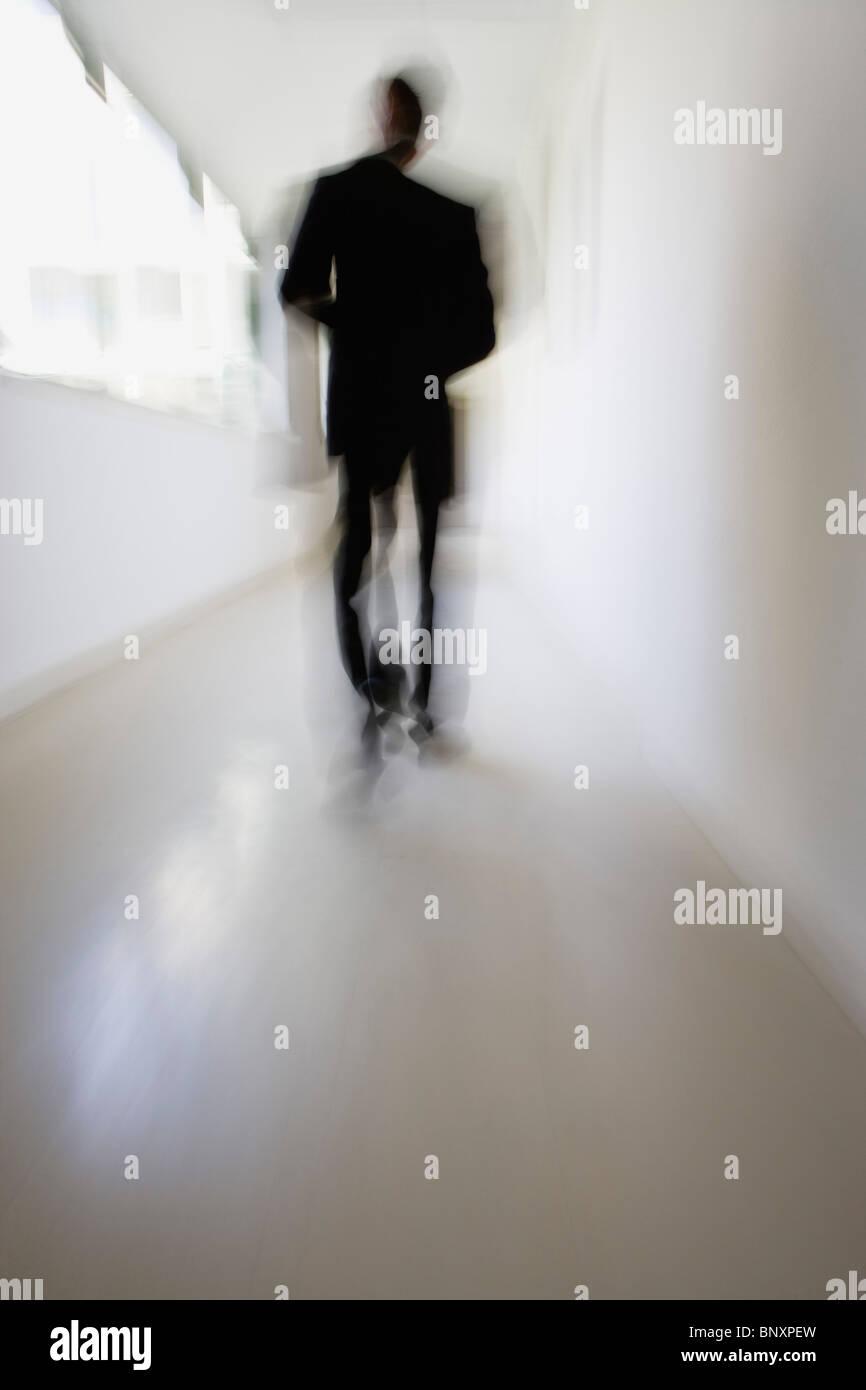 La figura camminando giù il corridoio Immagini Stock