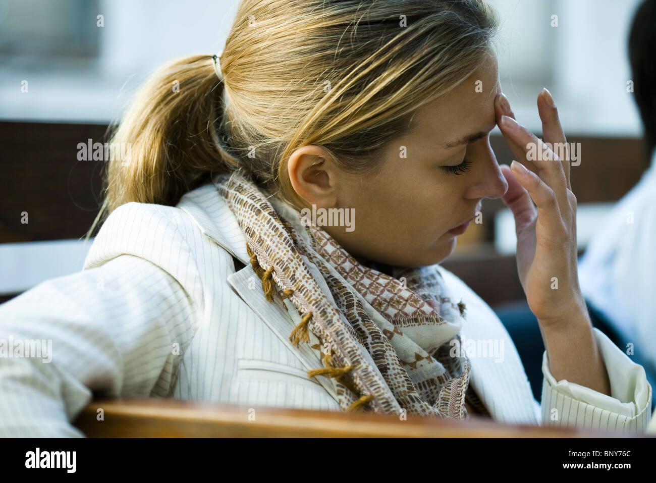 La donna che soffre di un mal di testa Immagini Stock
