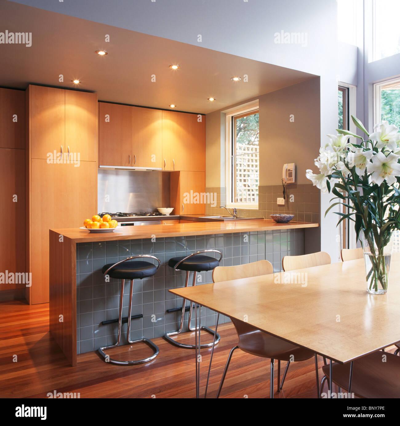 Faretti alogeni e bar per la colazione con il grigio pannello di piastrelle in cucina moderna - Piastrelle per la cucina moderna ...