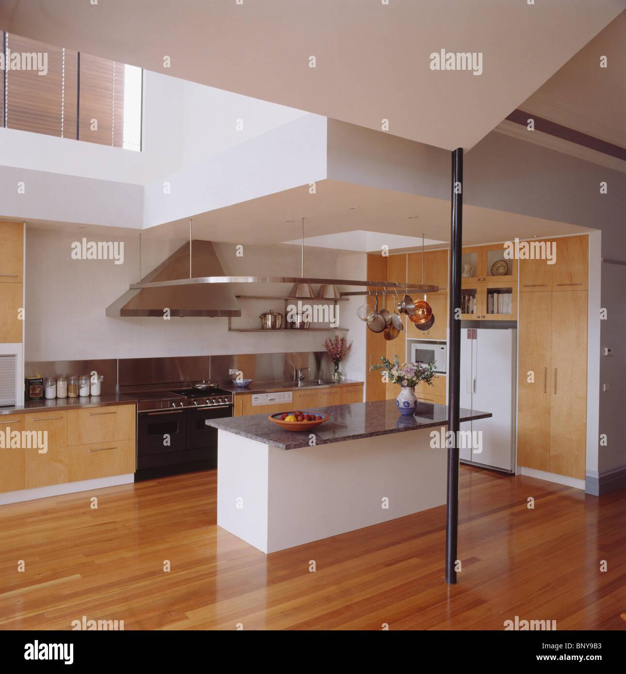 Il pavimento in legno nella cucina moderna con top in granito unità ...