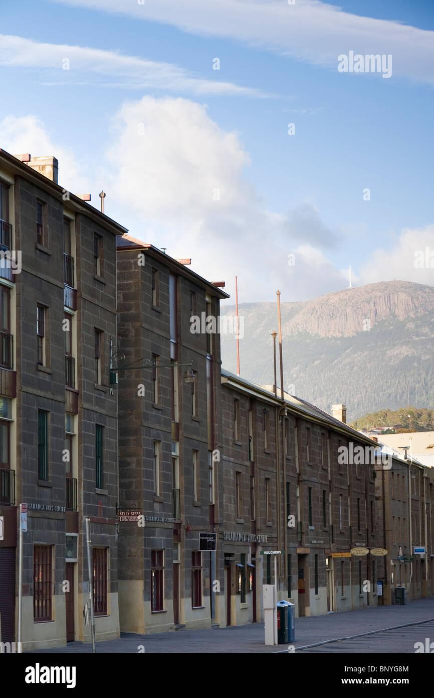 L'architettura coloniale di Salamanca Place con il Monte Wellington dietro. Hobart, Tasmania, Australia Immagini Stock