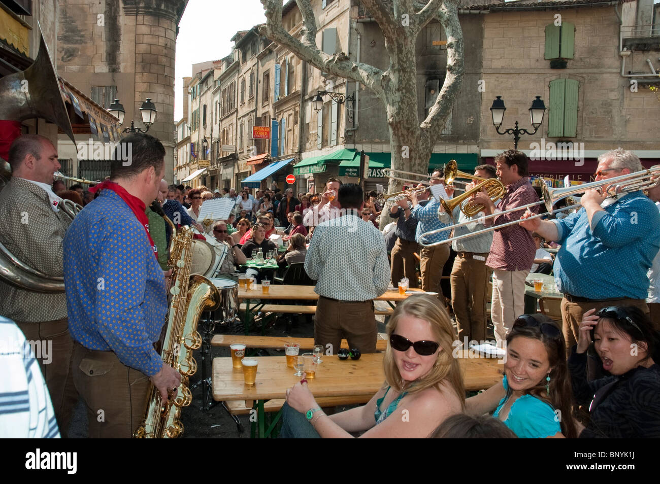 Ad Arles Francia - adolescenti bere terrazza esterna, nel tradizionale Francese Provinciale Cafe Bar Pub Immagini Stock