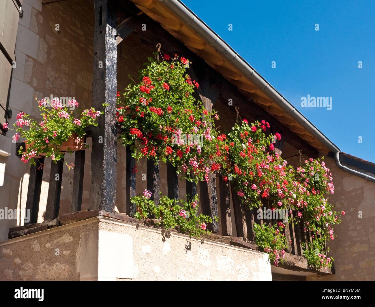 Case Di Pietra E Legno : Nei cestini appesi e piantatrici sul balcone di legno della