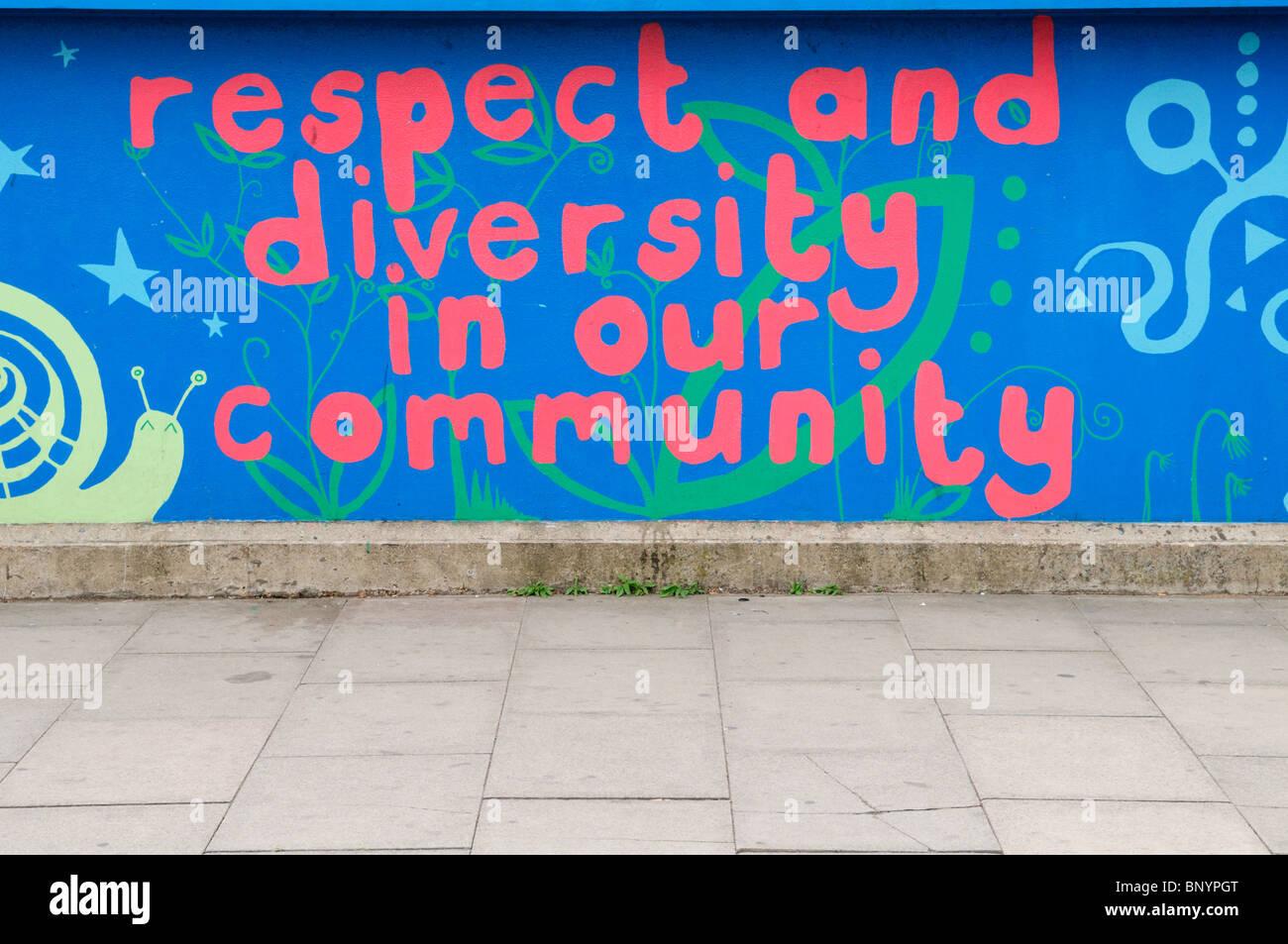 Il rispetto e la diversità nella nostra comunità murale, su Mill Road bridge, Cambridge, Inghilterra Immagini Stock