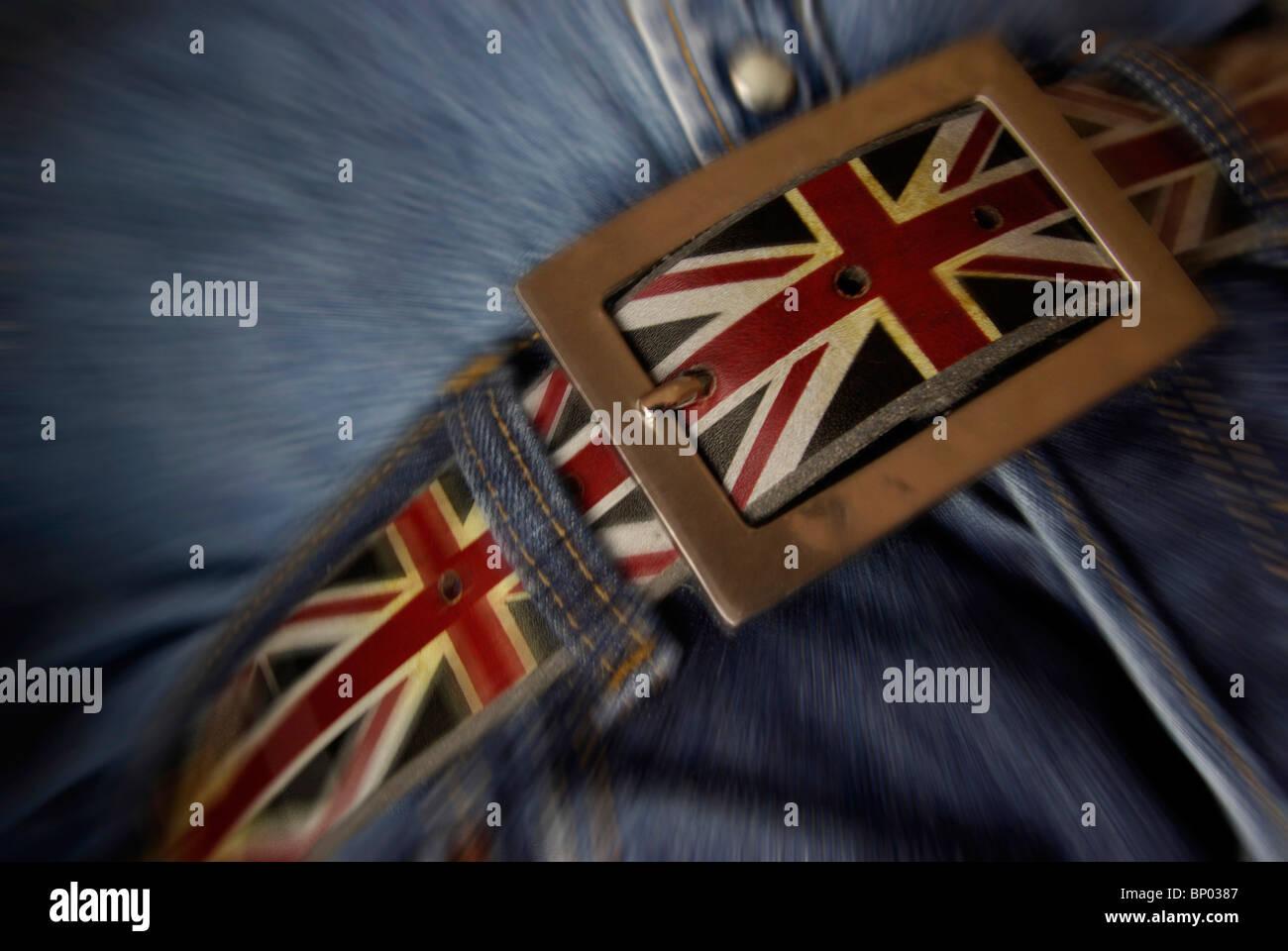 Serrare la cinghia serrando il concetto di cintura con la bandiera del Regno Unito. (Il taglio dei costi,i tagli Immagini Stock