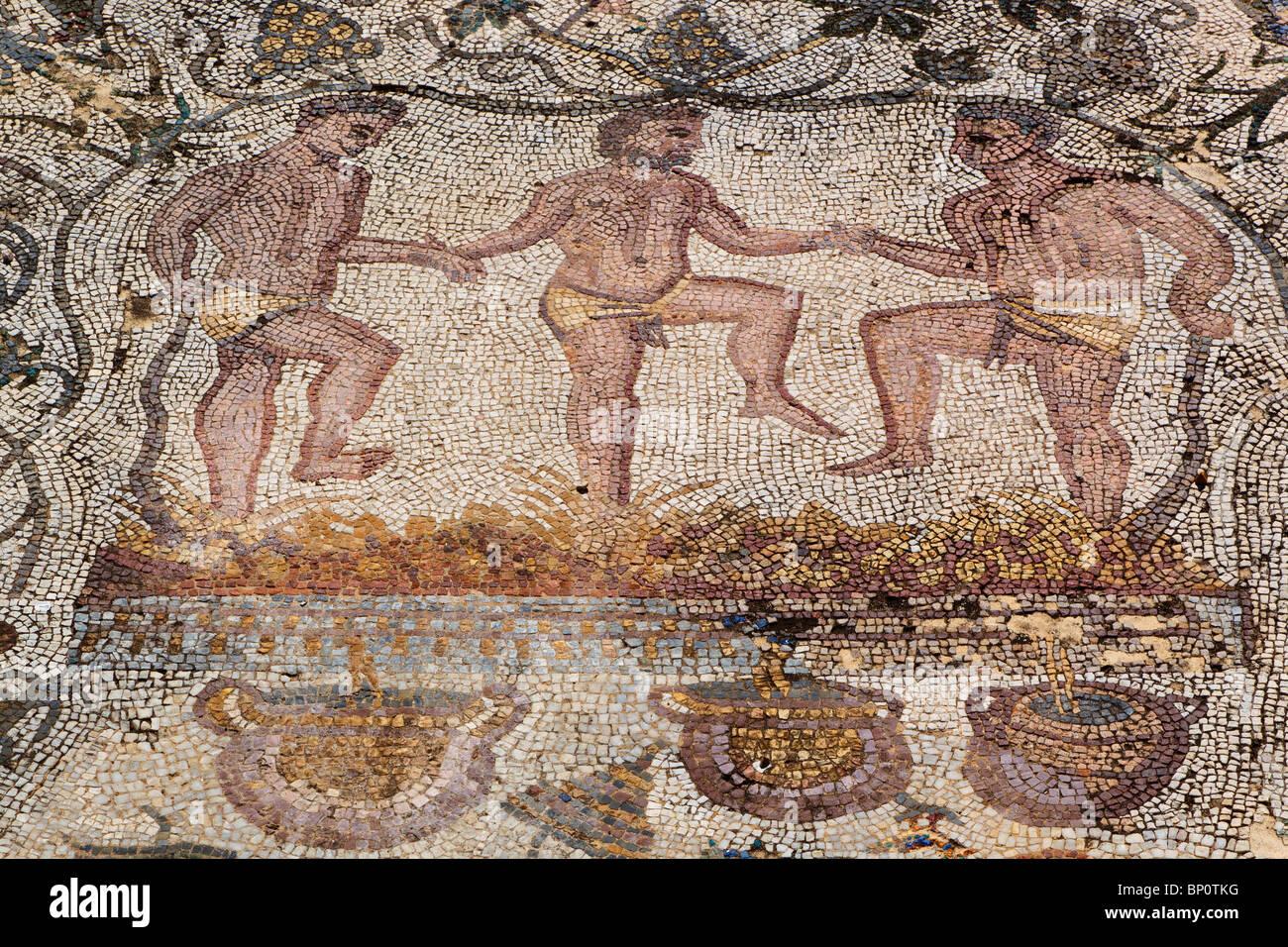 Merida, provincia di Badajoz, Spagna. Mosaico di uomini calcando le uve da vino Immagini Stock