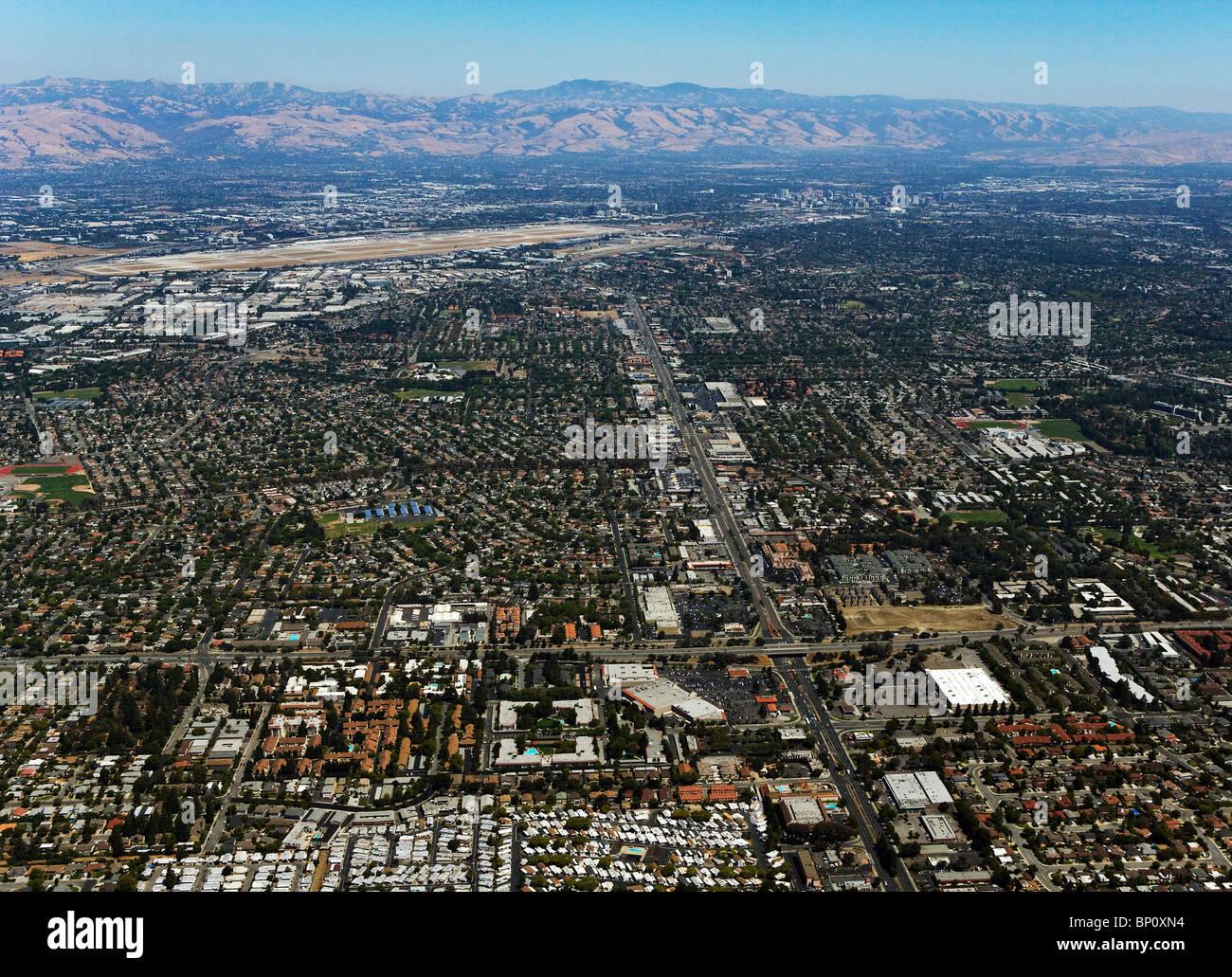 Vista aerea al di sopra di Silicon Valley verso San Jose Aeroporto e il centro cittadino di San Jose Immagini Stock