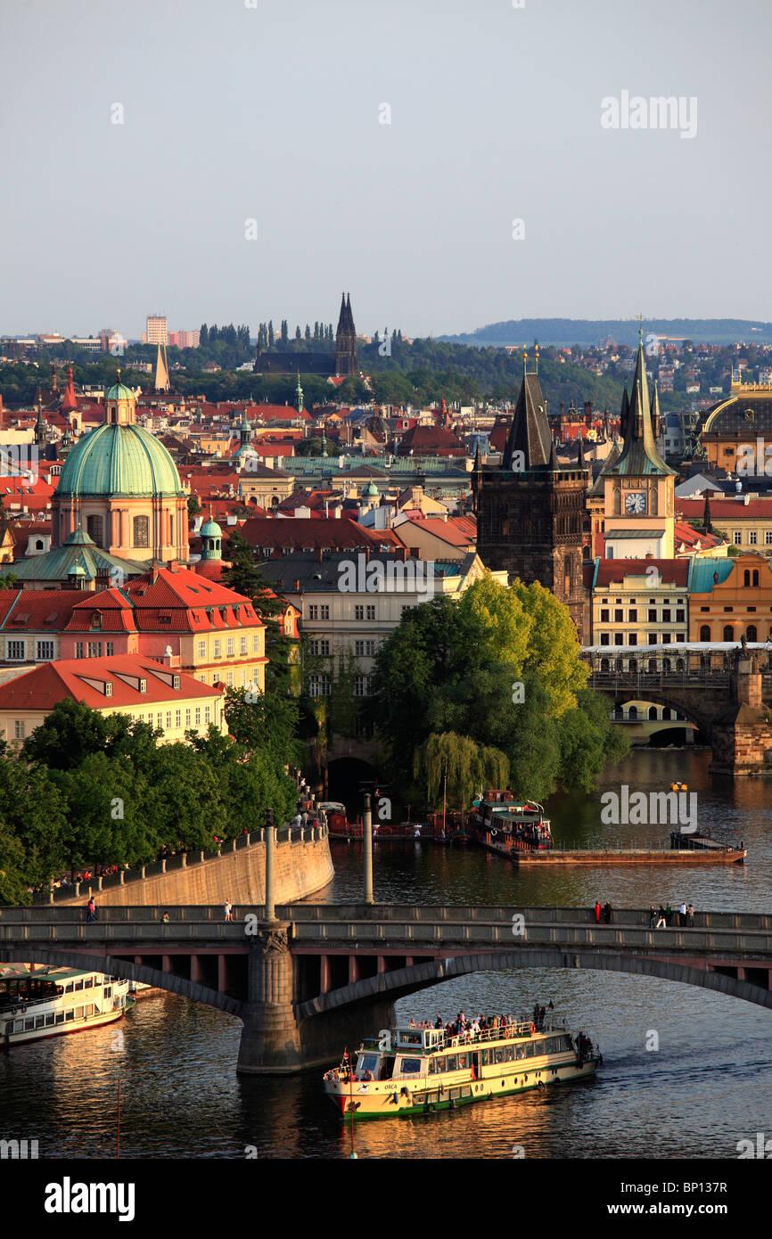 Repubblica Ceca, Praga, Old Town skyline, il fiume Moldava, barca Immagini Stock