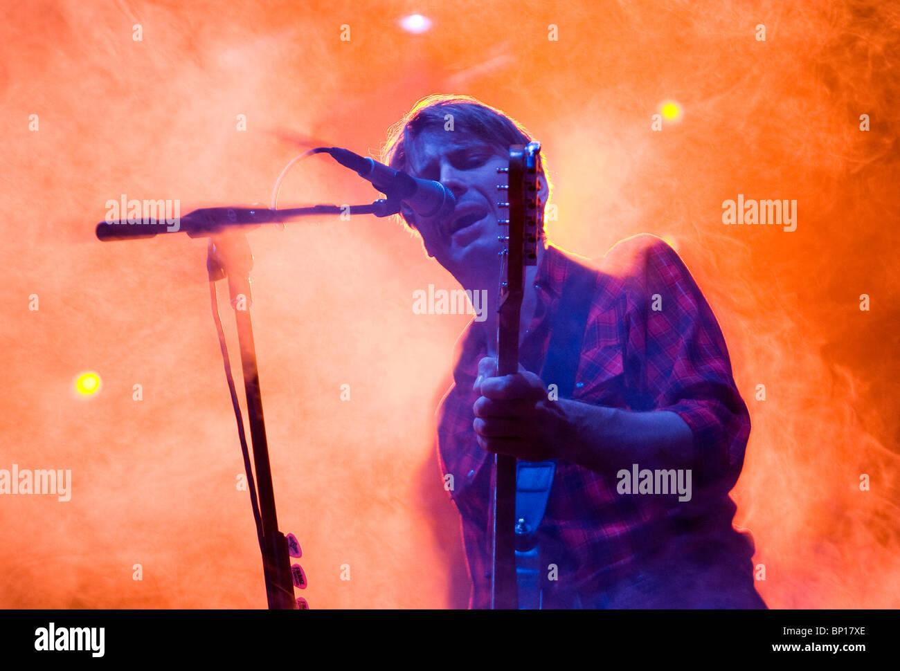 Alex Kapranos dei Franz Ferdinand performing live. Immagini Stock