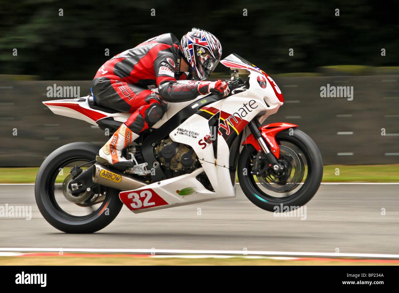Kenny Gilbertson sulla sua Honda racing per Sorrymate SMT e Honda. Egli è in fase di accelerazione in un wheelie Immagini Stock
