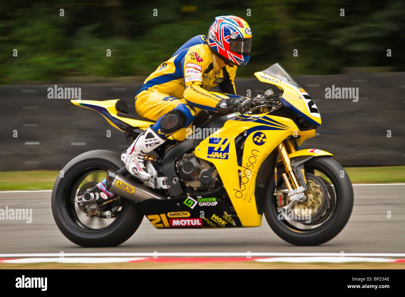 Tom Tunstall sul suo GBR Honda accelera al di fuori della curva a Brands Hatch durante il weekend Superbike il 7 Immagini Stock