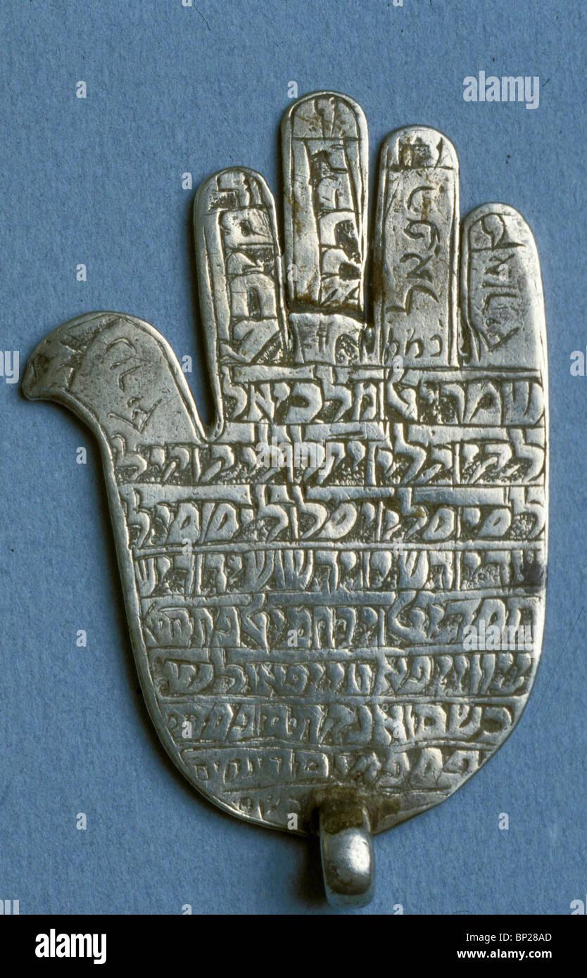 2002. Ebraica medievale, amuleti, DESTINATO A PROTEGGERE UNA PERSONA O LA SUA CASA da spiriti malvagi e portare Immagini Stock