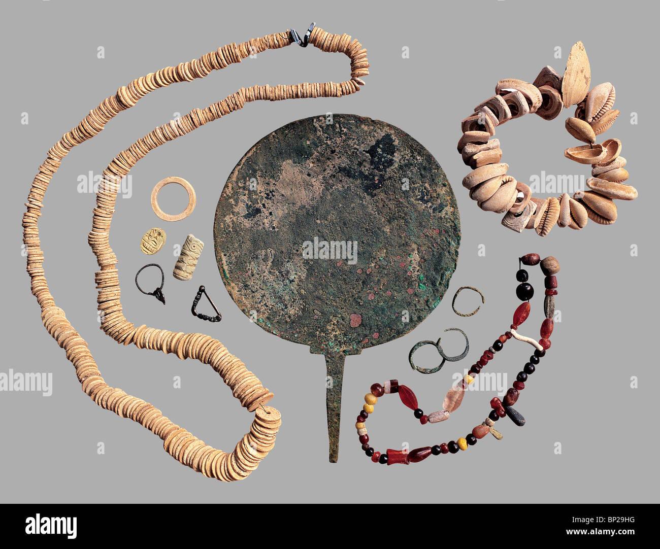 Specchio in bronzo, anelli e collane risalenti al 4 - 3RD c. a. C. Trovati in una tomba in Samaria Immagini Stock