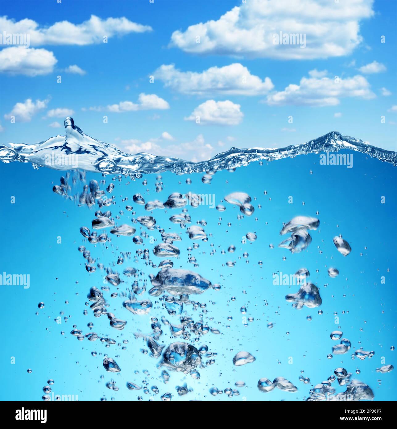Le bolle di aria si elevano dal fondo dell'oceano alla superficie. Immagini Stock
