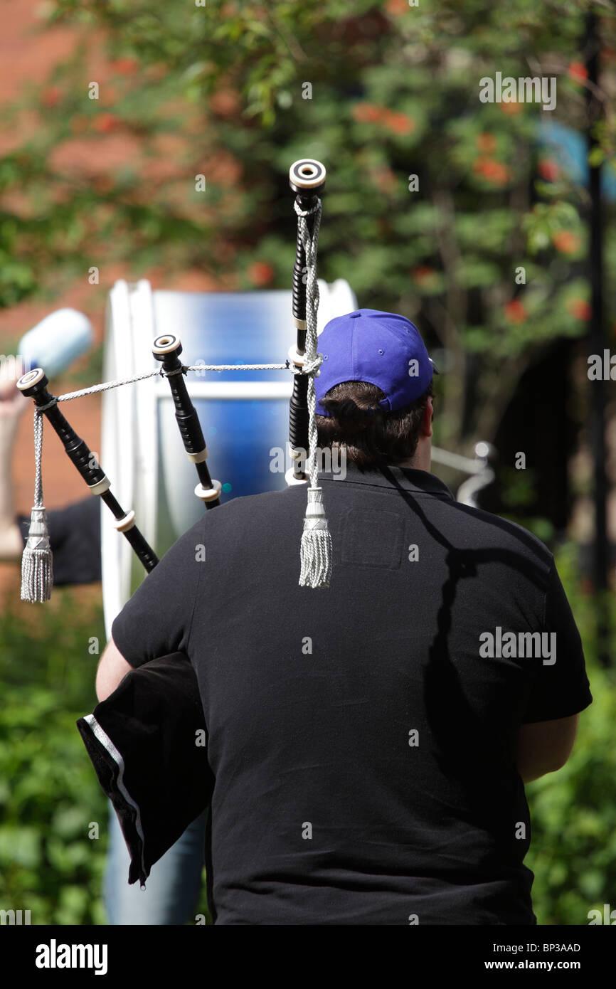 Un pipeband praticanti in Glasgow Scotland Regno Unito Foto Stock
