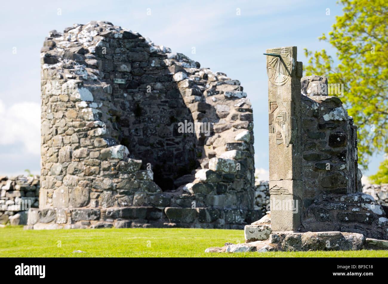 Il moncone di torre rotonda e meridiana medioevale del monastero di Nendrum, Isola Mahee, Strangford Lough, Co. Immagini Stock
