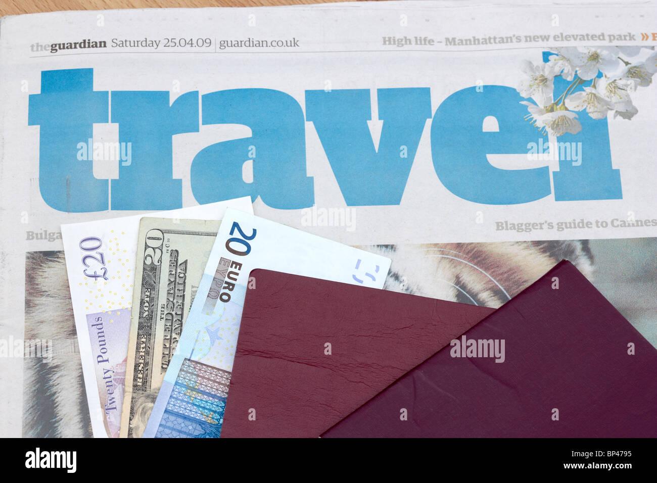 2 passaporti UE sulla sezione viaggi di un giornale con 20 dollari euro e sterlina note Immagini Stock