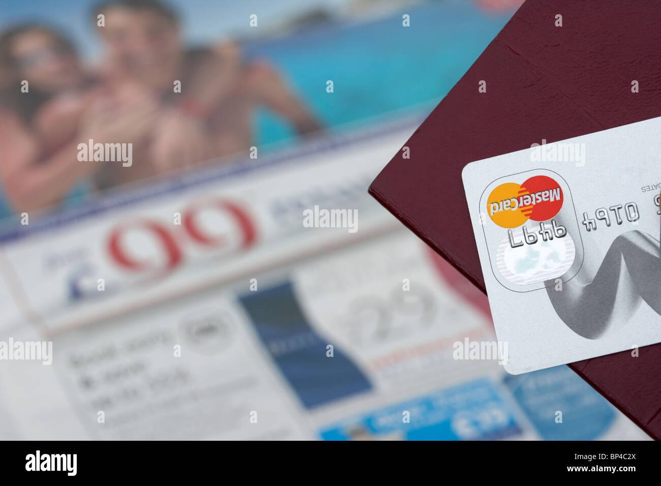 Passaporto ue e platino carta di credito oltre la sezione viaggi annunci in un giornale Immagini Stock