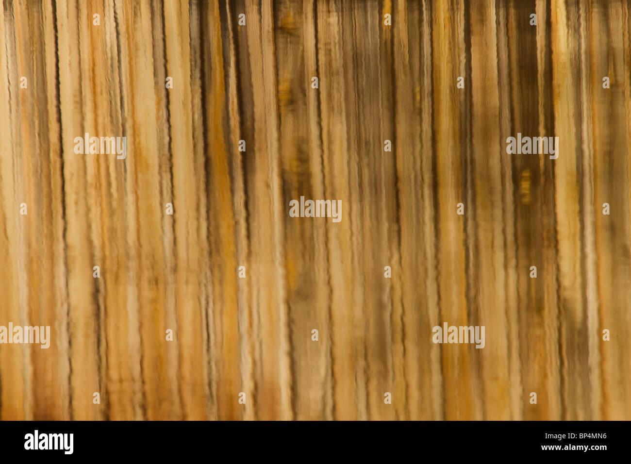 Qui viene mostrata una riflessione di ponte di legno in acqua. Linea marrone Pattern riflessione di ponte di legno Immagini Stock